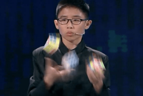 choinois (enfant) résout rubik's Cube jongle
